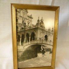 Antigüedades: MARCO PORTAFOTOS DE LATON Y MADERA CON ANTIGUO CRISTAL ORIGINAL. Lote 155466026