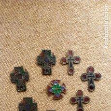 Antigüedades: 9 CRUCES BROCHES DE METAL Y ESMALTE EN FORMA DE VIDRIERA - SIN USAR DE. Lote 155504270