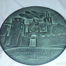 Antigüedades: MAGNIFICO PLATO DE CERÁMICA ALTORELIEVE MONASTERIO DE SAN CUGAT DEL VALLES 28.5CM. Lote 155527874