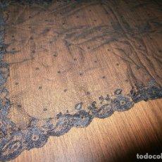 Antigüedades: MANTILLA RECTANGULAR A TOPITOS Y CENEFA CON FLORES M:154 X 60 CM.. Lote 155528418
