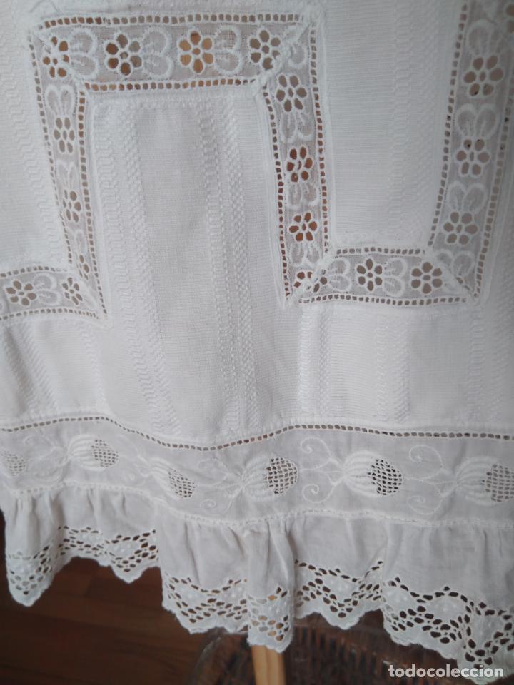 Antigüedades: Antiguo abrigo infantil piqué, capelina y profusión de puntillas bordadas, Finales S; XIX Pps. S. XX - Foto 5 - 155532934