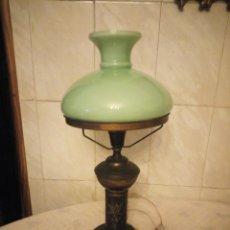 Antigüedades: ANTIGUA LAMPARA DE SOBREMESA DE LATÓN Y OPALINA VERDE SUAVE.. Lote 155534658
