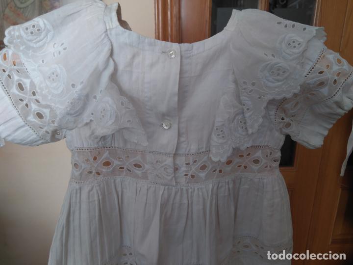 Antigüedades: Antiguo vestido infantil algodón, entredoses de puntillas bordadas, Primera mitad S. XX - Foto 3 - 155536134