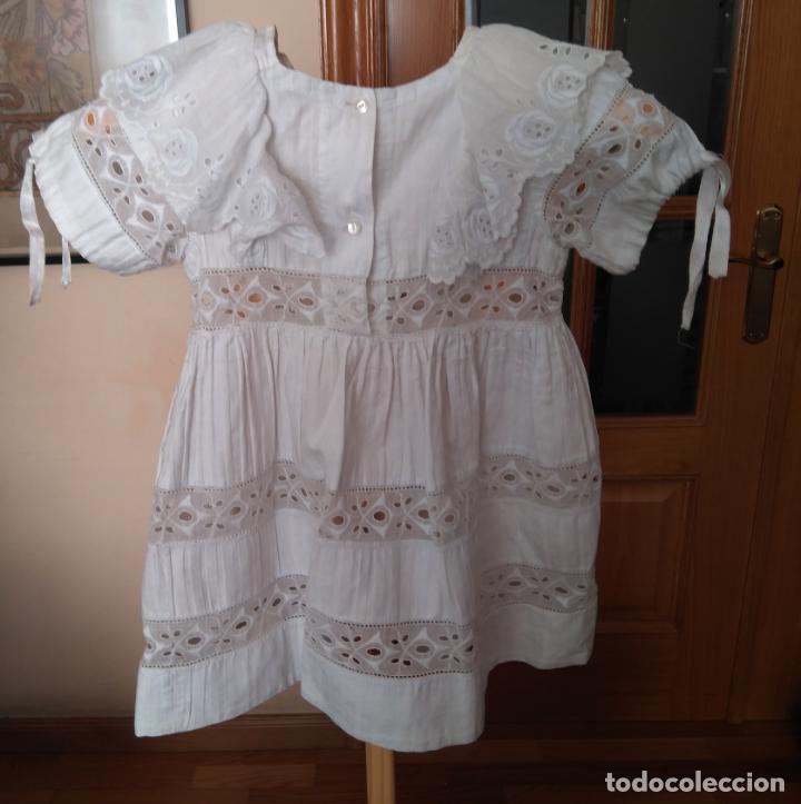 Antigüedades: Antiguo vestido infantil algodón, entredoses de puntillas bordadas, Primera mitad S. XX - Foto 2 - 155536134