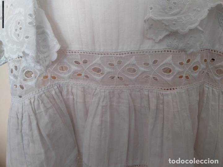 Antigüedades: Antiguo vestido infantil algodón, entredoses de puntillas bordadas, Primera mitad S. XX - Foto 6 - 155536134