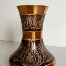 Antigüedades: FLORERO JARRON DE COBRE REPUJADO. Lote 155537746