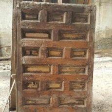 Antigüedades: PRECIOSA PUERTA ANTIGUA DE CUARTERONES, PARA RESTAURAR. . Lote 152346250
