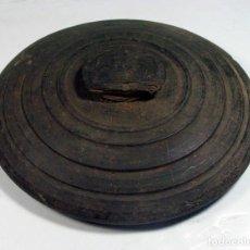Antigüedades: ANTIQUISIMA TAPA DE OLLA O FIAMBRERA EN MADERA. ASTURIAS. ETNOGRAFÍA. Lote 155583510