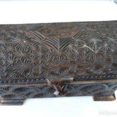 Antigüedades: ANTIGUA CAJA JOYERO MADERA TALLADA. Lote 155595686