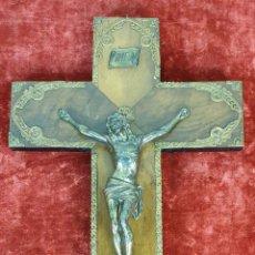 Antigüedades: CRUCIFIJO DE MADERA. CRISTO EN METAL PLATEADO. REMATES DE METAL. SIGLO XX. . Lote 155596970