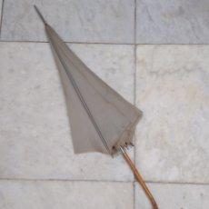 Antigüedades: SOMBRILLA NYLON MANGO DE BAMBÚ. Lote 155599880