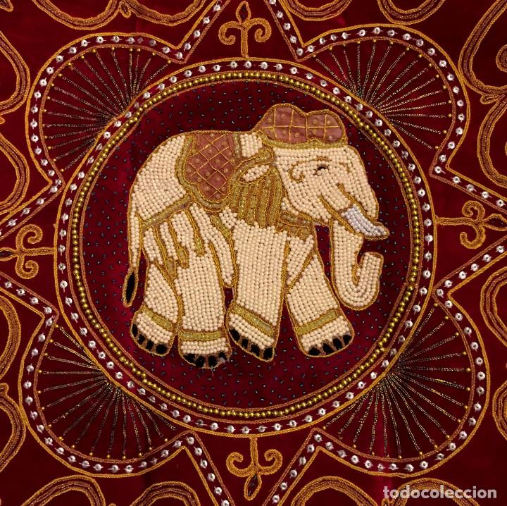 FUNDA DE COJÍN - TAPIZ ELEFANTE THAILANDES BORDADO A MANO - 42 X 42 CM (Antigüedades - Hogar y Decoración - Tapices Antiguos)