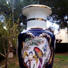 Antigüedades: JARRON VICTORIANO DE PORCELANA. DECORADO A MANO CON PAJAROS Y GRECAS EN ORO.. Lote 155656474