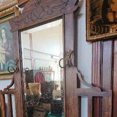 Antigüedades: PRECIOSO Y ANTIGUO GABANERO PARAGUERO DE MADERA. Lote 155674598