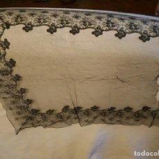 Antigüedades: MANTILLA ANTIGUA NEGRA CON FRUTOS.. Lote 155677354