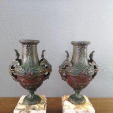 Antigüedades: ANTIGUA PAREJA DE URNAS NEOCLASICAS EN CALAMINA POLICROMADA Y BASE DE MARMOL FRANCIA S XIX. Lote 155702302