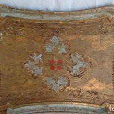 Antigüedades: PRECIOSA BANDEJA DE MADERA PINTADA CON PAN DE ORO. Lote 155705458