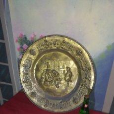 Antigüedades: PLATO DE LATÓN TALLADO. Lote 155705873