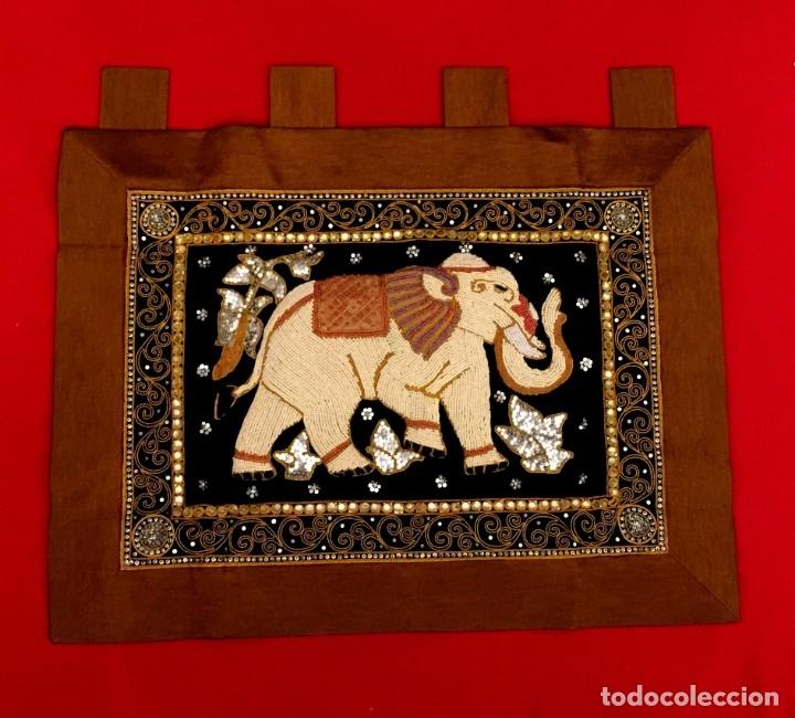 TAPIZ THAILANDES CON ELEFANTE Y BORDADOS A MANO - 72 X 73 CM (Antigüedades - Hogar y Decoración - Tapices Antiguos)