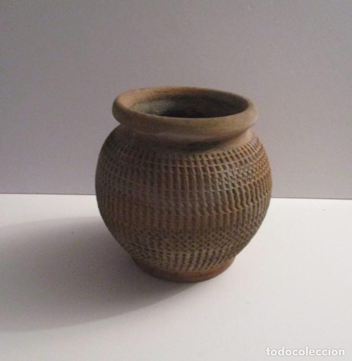ANTIGUO MACETERO DE BARRO LABRADO (Antigüedades - Hogar y Decoración - Maceteros Antiguos)