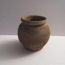 Antigüedades: ANTIGUO MACETERO LABRADO DE BARRO. Lote 155709250