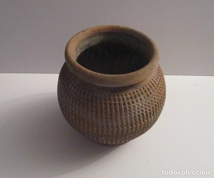 Antigüedades: ANTIGUO MACETERO DE BARRO LABRADO - Foto 2 - 155709250