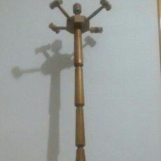 Antigüedades: PERCHERO VINTAGE CON PUÑOS GIRATORIOS EN FORMA DE MAZOS. Lote 155729890