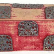 Antigüedades: COFRE DE MADERA. ESTILO COLONIAL. REMATES DE PLATA. FORRO DE TERCIOPELO. SIGLO XIX.. Lote 155737222