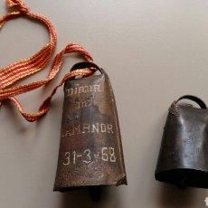 Antigüedades: ANTIGUOS PEQUEÑOS CENCERROS DE METAL. UNO CON INSCRIPCIÓN AÑO 1968. Lote 155737964