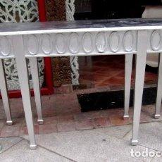 Antigüedades: CONSOLA DE MADERA TALLADA EN LAS 4 CARAS Y ACABADA CON PAN DE PLATA . Lote 155767374