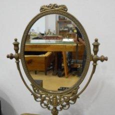 Antigüedades: ESPEJO DE SOBREMESA OVALADO EN BRONCE. Lote 155776050