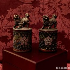 Antigüedades: ANTIGUA PAREJA DE LEONES DE FU EN CLOISONNE Y PLATA TIBETANA - 156 GRAMOS.. Lote 155801850