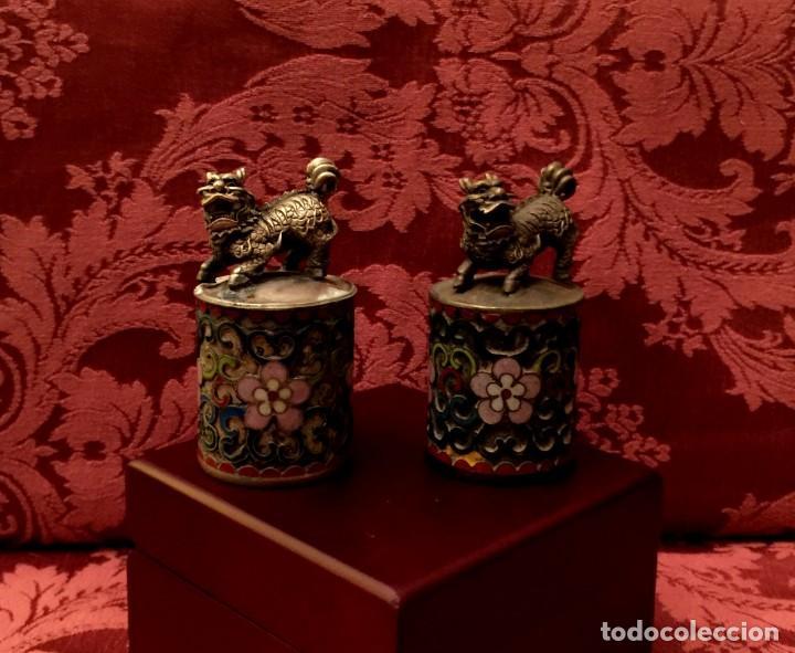 Antigüedades: ANTIGUA PAREJA DE LEONES DE FU EN CLOISONNE Y PLATA TIBETANA - 156 GRAMOS. - Foto 2 - 155801850
