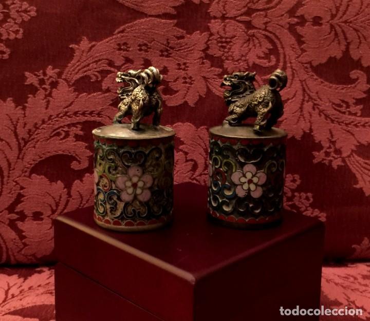 Antigüedades: ANTIGUA PAREJA DE LEONES DE FU EN CLOISONNE Y PLATA TIBETANA - 156 GRAMOS. - Foto 3 - 155801850
