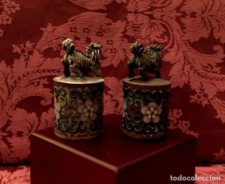 Antigüedades: ANTIGUA PAREJA DE LEONES DE FU EN CLOISONNE Y PLATA TIBETANA - 156 GRAMOS. - Foto 4 - 155801850