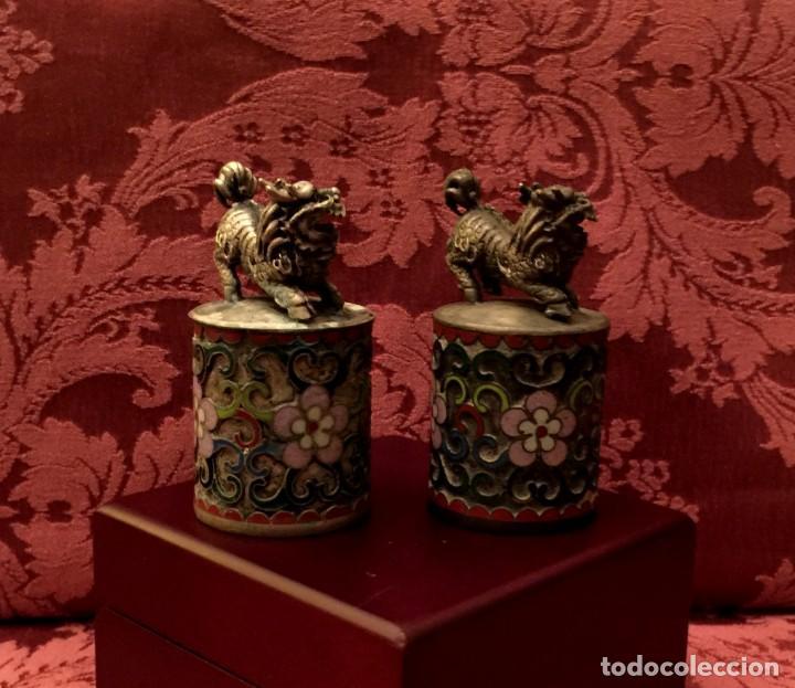 Antigüedades: ANTIGUA PAREJA DE LEONES DE FU EN CLOISONNE Y PLATA TIBETANA - 156 GRAMOS. - Foto 5 - 155801850