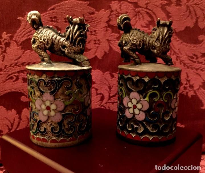 Antigüedades: ANTIGUA PAREJA DE LEONES DE FU EN CLOISONNE Y PLATA TIBETANA - 156 GRAMOS. - Foto 7 - 155801850