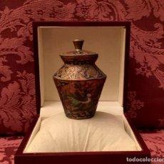 Antigüedades: PEQUEÑO TIBOR DECORADO CON AVES EN CLOISONNÉ - 85 GRAMOS.. Lote 155803550