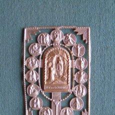 Antigüedades: PEQUEÑA CHAPA METÁLICA, DORADA. B. V. DE LOURDES. Lote 155817250