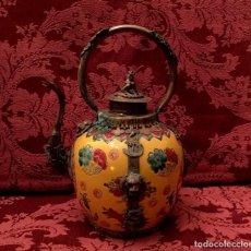 Antigüedades: GRAN TETERA EN PORCELANA CHINA, JADE Y PLATA TIBETANA - SELLO EN LA BASE.. Lote 155818386