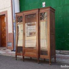 Antigüedades: VITRINA ANTIGUA ESTILO ART DECÓ. MUEBLE LIBRERO VITRINA ESTANTERÍA LIBRERÍA ANTIGUA DE DESPACHO.. Lote 155850158