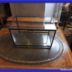 Antigüedades: CAJA DE CRISTAL CON TAPA Y CANTOS METALICOS. Lote 155850746