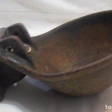 Antigüedades: BEBEDERO DE HIERRO DE LENGUETA, PESA 4200 GRAMOS. Lote 155864426