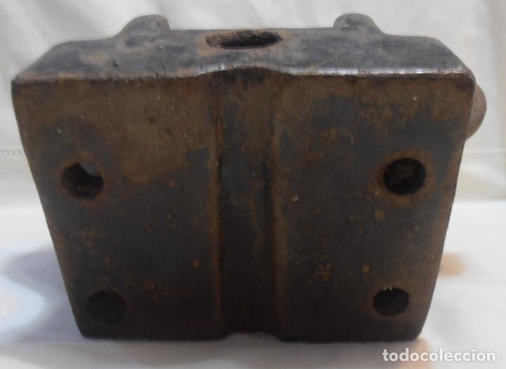 Antigüedades: BEBEDERO DE HIERRO DE LENGUETA, PESA 4200 GRAMOS - Foto 4 - 155864426