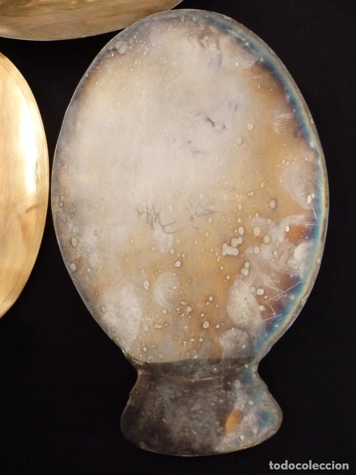 Antigüedades: Conjunto de tres patenas en metal dorado y plateado. Medidas de 23 x 15 cm. Pps. S. XX. - Foto 4 - 155864510