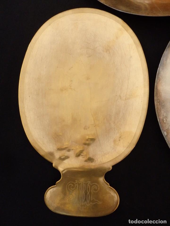 Antigüedades: Conjunto de tres patenas en metal dorado y plateado. Medidas de 23 x 15 cm. Pps. S. XX. - Foto 5 - 155864510