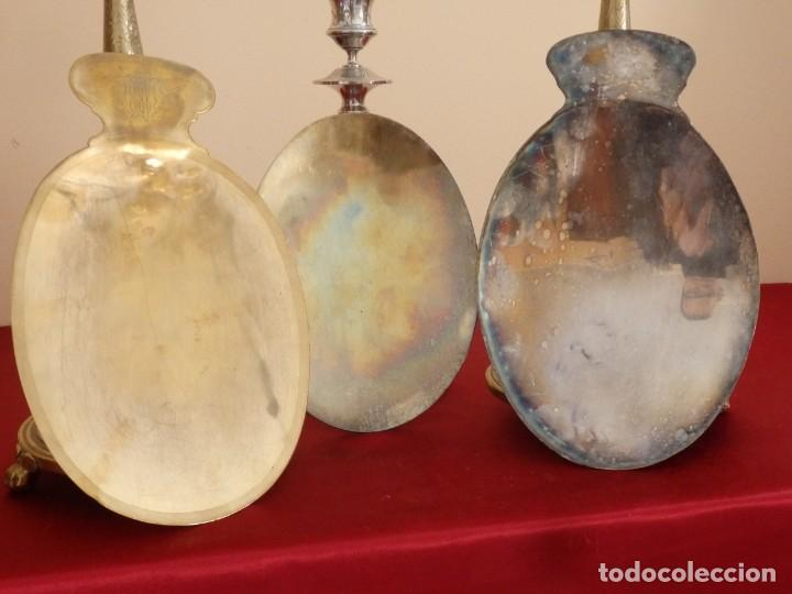 Antigüedades: Conjunto de tres patenas en metal dorado y plateado. Medidas de 23 x 15 cm. Pps. S. XX. - Foto 8 - 155864510