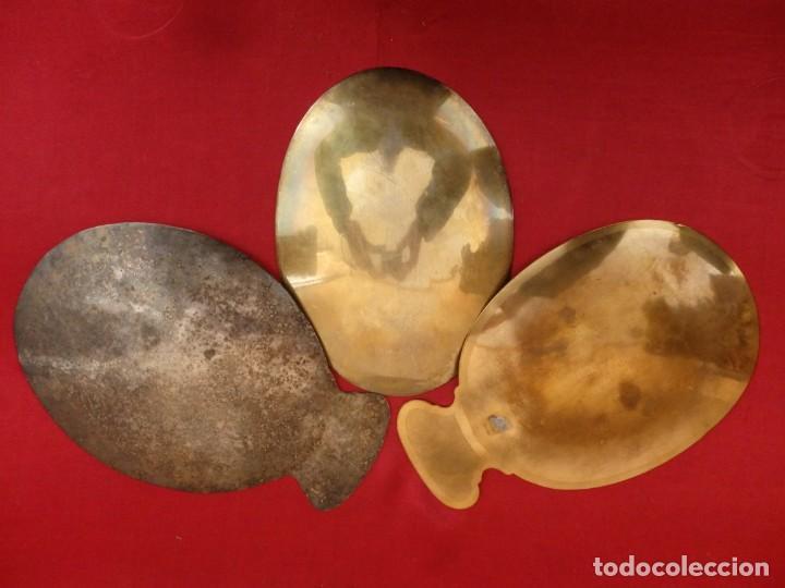 Antigüedades: Conjunto de tres patenas en metal dorado y plateado. Medidas de 23 x 15 cm. Pps. S. XX. - Foto 10 - 155864510