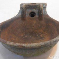 Antigüedades: BEBEDERO DE HIERRO DE LENGUETA 3700 GRAMOS. Lote 155864978