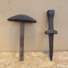 Antigüedades: YUNQUE O ZAFRA CON MARTILLO PARA ASENTAR FILOS DE HOCES Y GUADAÑAS. MUY ANTIGUAS. Lote 155890518